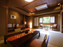 ◆露天風呂つき客室 ◆ ‐福智‐ 木々が描く緑と清流の鮮やかな景色が生み出す、ウッドテラスからの眺望