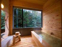 ◆‐かじか‐檜の内風呂◆ 外の景色を眺めながら天候に左右されず室内で温泉をお楽しみ下さい