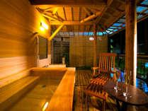 客室露天風呂では眼下に犬鳴川を望み専用ウッドデッキとゆったりした檜の浴槽が特徴です