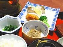 朝は和定食。お部屋でゆっくりお召し上がりください