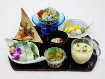 夏らしい食材をふんだんに取り入れた和食膳。