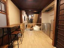調理ができる使い易いキッチン、サロンのスペースは大きなソファがあり、天井が高く開放的です。
