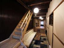 京町家の特徴である奥に長くお部屋が続きます。1階はモダンな空間に生まれ変わりました。