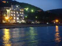 夜はイルミネーション等が点灯し綺麗なビーチ