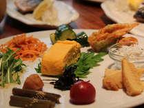 メインの焼き魚に 季節の野菜などを彩り鮮やかに添えて