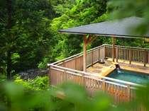 緑に包まれた開放感満点の絶景露天「白鷺の湯」では自然の癒しを存分に満喫