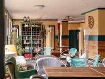 ヴィンテージの家具を配置したラウンジのカフェではドリンクやライトミールもお楽しみいただけます