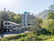 深緑の森に爽やかな高原の風がとても心地よいホテル周辺