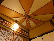 *【本館3階 鏡の間/天井】まるで傘を張ったような、遊び心溢れる客室内天井。
