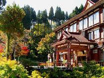 *本館外観(秋)昭和13年の建築の本館は、国の登録有形文化財に指定されています。