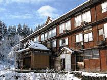 *本館外観(冬)白銀の世界の中佇む、昭和の雰囲気を色濃く残した本館。