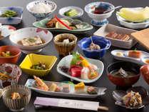 *【夕食(一例)】料理に旬の山菜をふんだんに使用。素朴ながらも味わい深い、里山の味をお届けします。