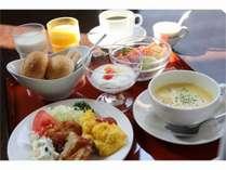 洋朝食:人気の岩泉ヨーグルト付。小岩井牛乳、果汁100%オレンジジュース、コーヒーもどうぞ!
