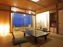 日本海を一望する客室。見渡す先には灯台の灯や漁火が浮かぶ。