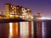 ≪日本海沿いの当館≫水面に幻想的に映る当館の眺め