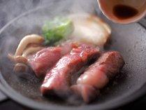 熱々の鉄板で焼かれたミニステーキ。その柔らかさと肉汁の旨味が大人気の一品です!