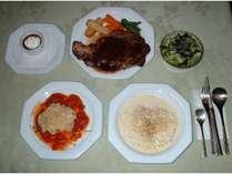 §ボリュームいっぱいのステーキ料理が好評の夕食(一例)§