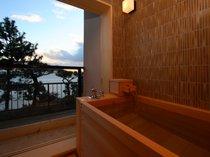 扉を開けると開放感溢れる海原が眼前に広がる半露天風呂