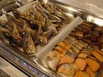 朝食バイキング=伊勢志摩の海の魅力、干物、焼き魚をいろいろ
