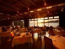 レストラン=夕刻にはまばゆい光の演出が