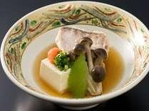 旬の食材、甘鯛を季節野菜と酒蒸しに…