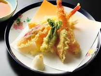 天ぷら盛り合わせ(海老、白身魚、旬野菜)を揚げたてで愉しむ