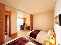 広々としたリビング、ゆったりとした寝室、落ち着きのある和室を備える