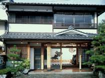 新別館鶴喜の外観です。築20年で数奇屋風造りの木造2階建てとなっております。