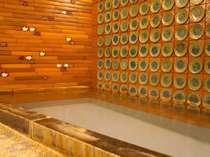 別館華山にある大きい方の貸切風呂(家族風呂)です。掛け流しですので蒲地に湯ノ花がこびり付きます。