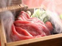 新メニューの「厳選豚ばら肉のセイロ蒸し」です。お客様の目の前で蒸し上げますのでアツアツです。