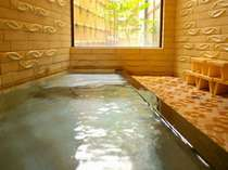 新別館鶴喜の貸切風呂です。天然温泉100%で城崎温泉のお宿の中でも数少ない源泉かけ流しです。