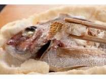 当館の名物料理「地魚かまくら」(地魚の塩釜焼き)30年前に当地で始めた元祖です!類似品にご注意下さい。