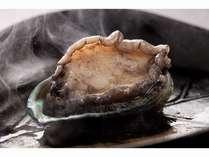 地元産活アワビのステーキです。肉厚でプリプリの食感は、アナタを虜にしますよ♪