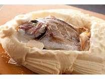 当館の名物料理『地魚かまくら』です。旬の地魚を特殊塩で包んで天火でじっくり焼き上げた逸品です。