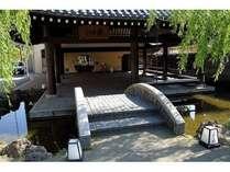 駅舎温泉「さとの湯」です。駅のすぐ横にあり、展望露天風呂をはじめ様々なタイプのお風呂が自慢。