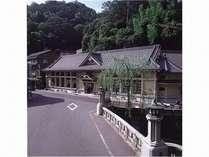 当館から徒歩3分の「一の湯」。江戸時代の医師・香川修徳が「天下一の湯」と命名。洞窟風呂が自慢。