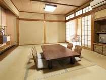 本館の客室(和室、本間6~26帖・バス無し・トイレ無し・縁側付き)1階に源泉掛け流しの男女別浴室あり