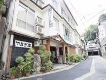 昭和29年創業のやなぎ荘本館(全室バス・トイレ共同)の外観写真。昭和の香りがプンプンです♪