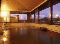 湯本の街を一望出来る開放的な展望大浴場