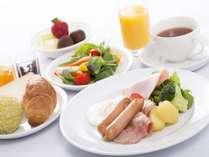 ◇洋食メニュー盛り付け一例◇定番のスクランブルエッグやベーコンに、サラダを合わせて。※写真はイメージ