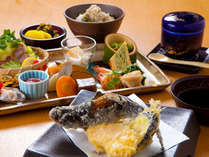 【夕食一例】地元の旬食材を存分に使った、お料理となっております。
