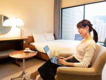 23平米のお部屋は、キャリーケースやお仕事道具を置いても、広々と快適に。