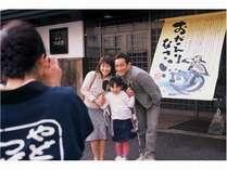 玄関前に手家族記念写真