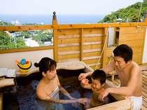 【本館和室:露天風呂】大きめの湯舟と洗い場。お子さまもお風呂大好きに。