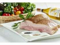 【夕食ビュッフェ】道南のブランド豚を使った「ひこま豚の低温ロースト」
