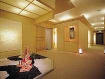 離れのお部屋までは、和紙を使ったやさしい照明がお出迎え