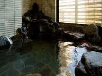 岩風呂からは、大聖寺川のせせらぎを聞きながらゆったりお湯を楽しめる。