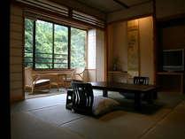 【和洋室】 椿の間和室からは、渓谷美とこおろぎ橋をご覧頂けます。