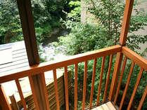 岩風呂付和室のデッキテラスより渓谷を望めます。