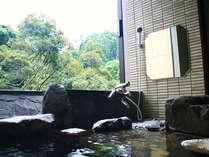 岩風呂から渓谷のせせらぎをききながらゆったりと湯浴みを・・・